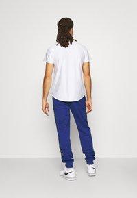 Lacoste Sport - TENNIS PANT BLOCK - Verryttelyhousut - cosmic/navy blue/white - 2