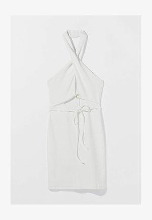 MIT AUSSCHNITT IN WICKELOPTIK  - Shift dress - white