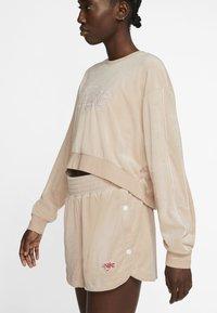 Nike Sportswear - RETRO FEMME CREW TERRY - Sudadera - shimmer - 3