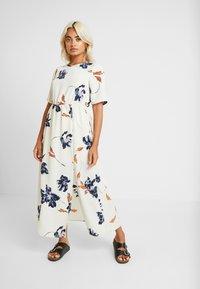 Vero Moda Petite - VMKIMMIE ANCLE DRESS - Maxi šaty - birch - 0