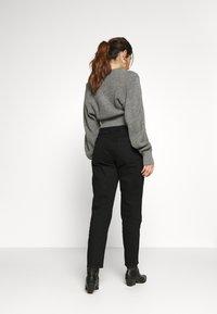 Gina Tricot Petite - DAGNY MOM - Slim fit jeans - black - 2