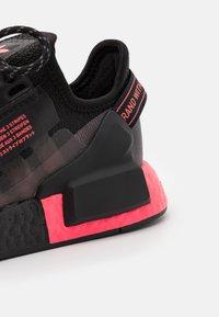 adidas Originals - NMD_R1.V2 UNISEX - Sneakers basse - core black/flash red - 5