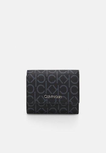TRIFOLD XS MONOGRAM - Peněženka - black