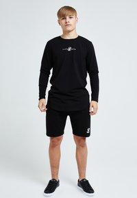 Illusive London Juniors - ILLUSIVE LONDON DUAL - Print T-shirt - black - 0