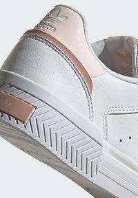 adidas Originals - COURT TOURINO W - Sneakersy niskie - white - 6