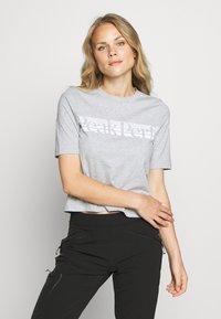 Peak Performance - BOUNCE PRINTE TEE - T-shirt con stampa - grey melange - 0