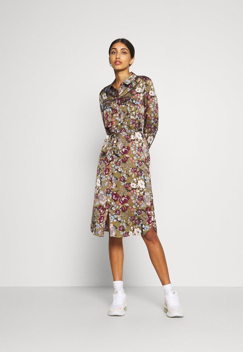 Vero Moda - VMEMELY BELT DRESS - Denní šaty - green moss/emely