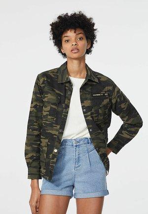 CAMOUFLAGE PRINT SAFARI PARKA - Denim jacket - kaki