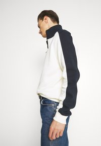 Lyle & Scott - CUT AND SEW FUNNEL NECK RELAXED FIT - Sweatshirt - vanilla ice - 3