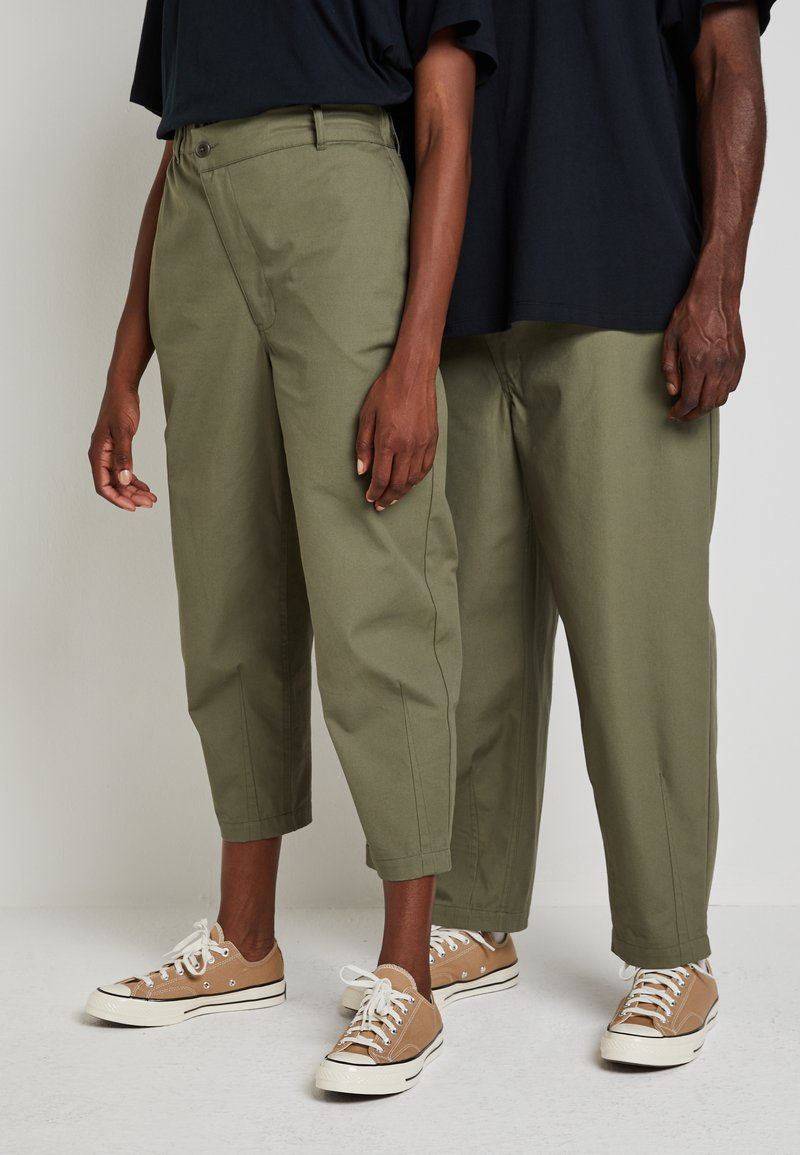 Converse - SHAPES TRIANGLE FRONT UNISEX - Trousers - field surplus