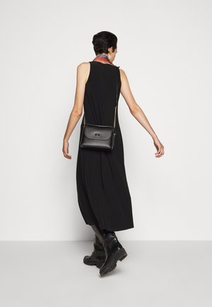 FLAP SHOULDER BAG - Sac bandoulière - black/gold