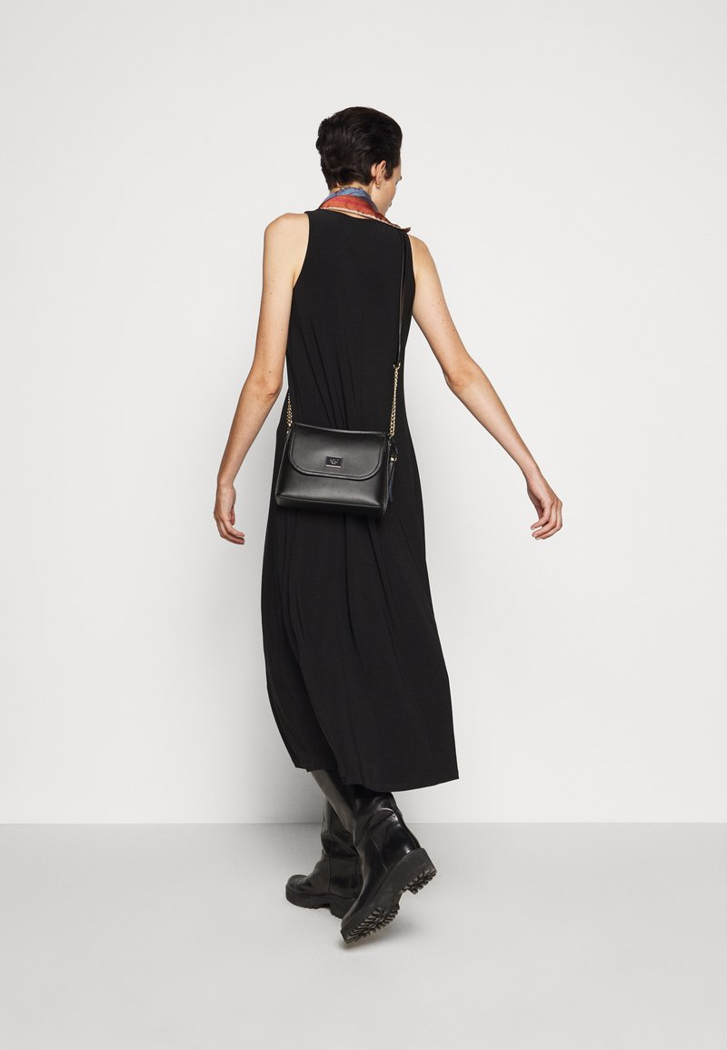 DKNY - FLAP SHOULDER BAG - Skuldertasker - black/gold