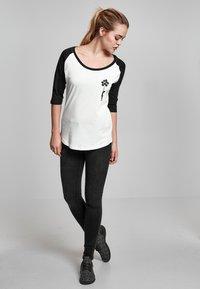 Merchcode - LADIES BANKSY - Long sleeved top - white/black - 1