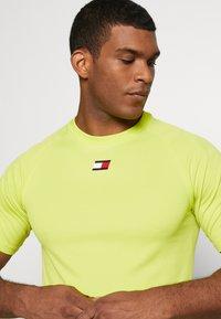 Tommy Sport - TRAINING CHEST LOGO  - Print T-shirt - green - 3