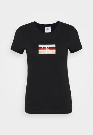 SMALL FLAG SLIM TEE - T-shirt z nadrukiem - black