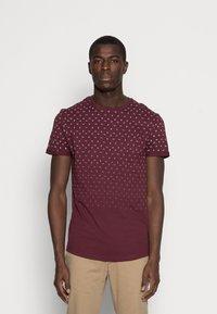 Pier One - T-shirt med print - bordeaux - 0