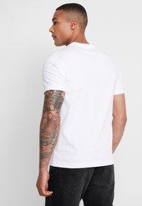 Calvin Klein - T-shirt z nadrukiem - white - 2