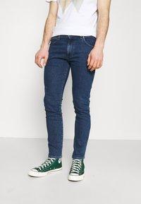 Wrangler - LARSTON - Jeans slim fit - blue denim - 0