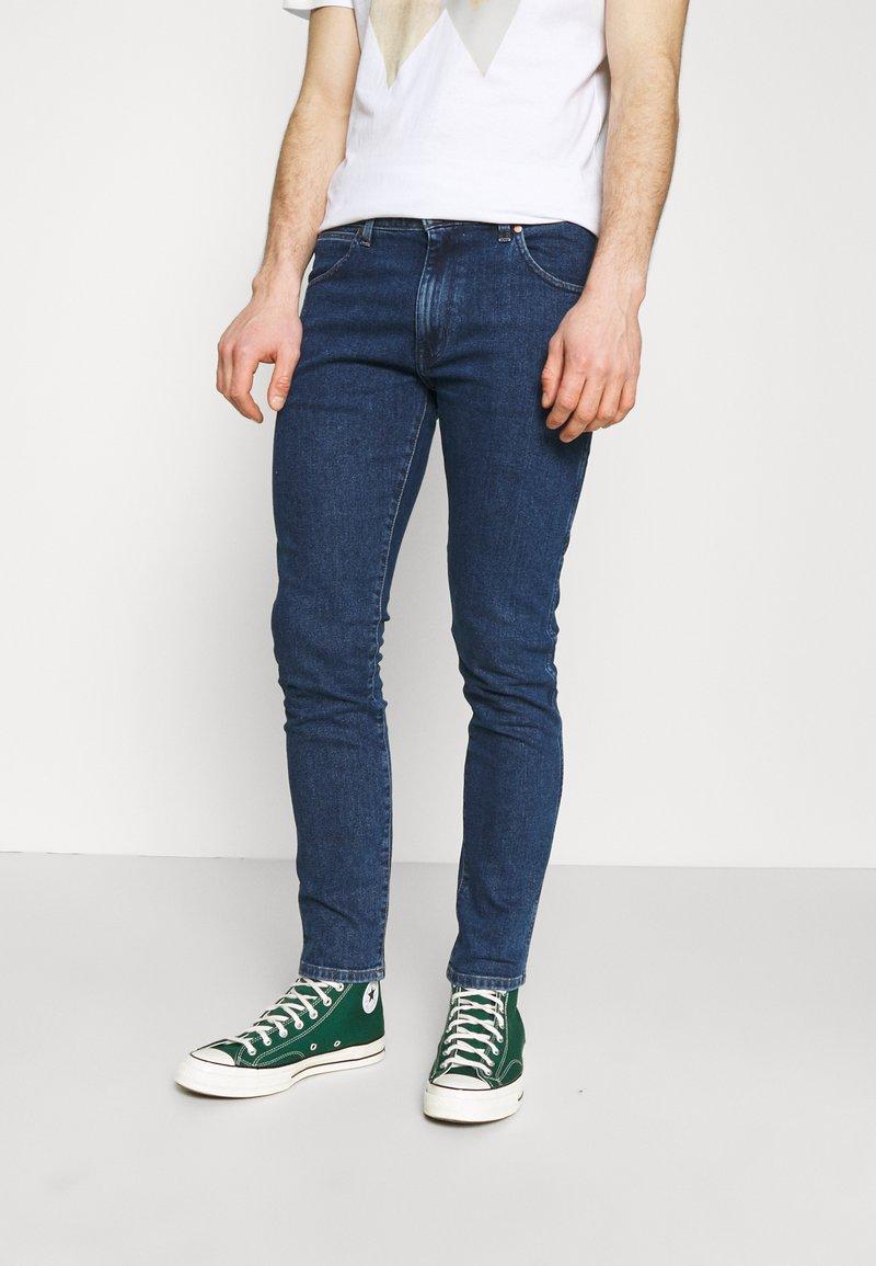Wrangler - LARSTON - Jeans slim fit - blue denim
