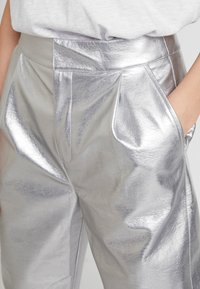 Nly by Nelly - FREE PANTS - Trousers - silver - 4