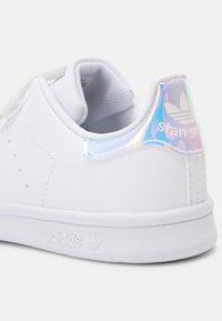 adidas Originals - STAN SMITH UNISEX - Trainers - white/silver - 6