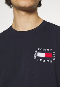 Tommy Jeans - BOX FLAG TEE - Print T-shirt - blue - 5