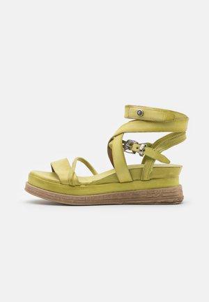 Korkeakorkoiset sandaalit - zen
