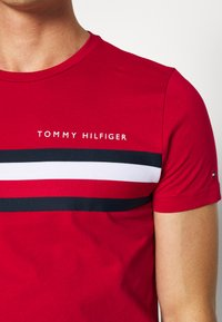Tommy Hilfiger - GLOBAL STRIPE TEE - T-shirt z nadrukiem - red - 5