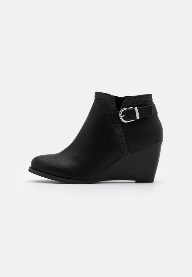 WIDE FIT WAGER - Boots à talons - black