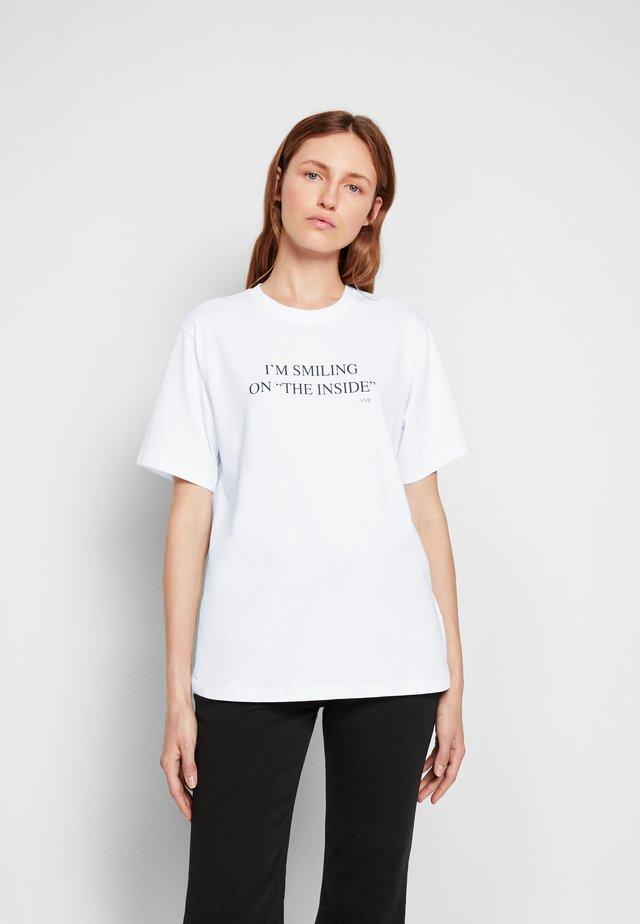 I'M SMILING ON THE INSIDE - Print T-shirt - white