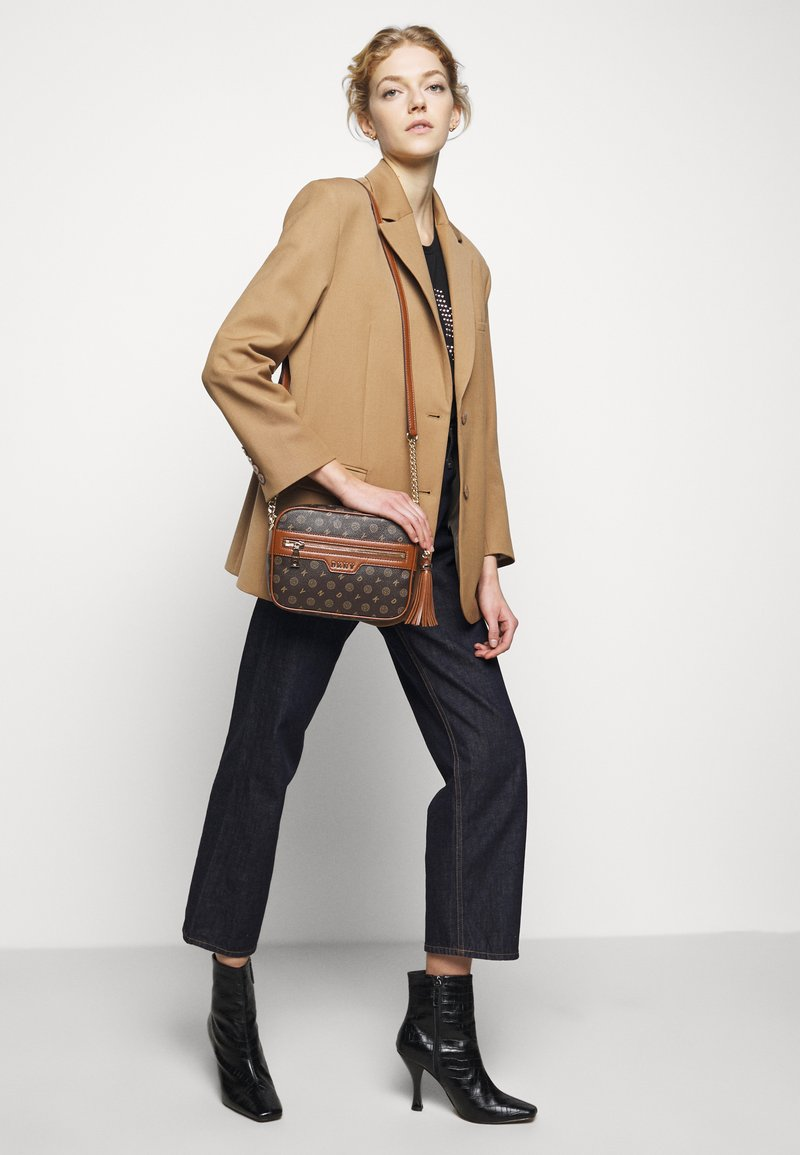 DKNY - POLLY HERITAGE LOGO - Across body bag - bark/caramel