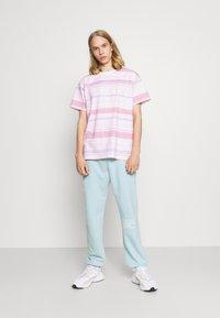 Mennace - MENNACE SUNDAZE FACE  - Pantalon de survêtement - light blue - 1