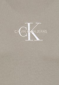 Calvin Klein Jeans - NEW ICONIC ESSENTIAL TEE - T-shirt med print - elephant skin - 5