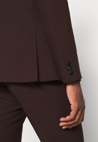 Isaac Dewhirst - THE TUX - Kostym - bordeaux - 12