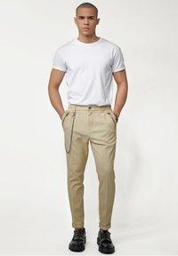 Tigha - CORNELIO - Trousers - vintage sand - 1