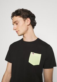 Tommy Jeans - CONTRAST POCKET TEE - T-shirt con stampa - black - 3