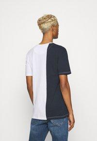 Newport Bay Sailing Club - SPLIT - Print T-shirt - navy/white - 2