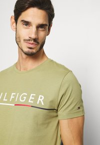 Tommy Hilfiger - GLOBAL STRIPE TEE - T-shirt con stampa - green - 3