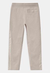Nike Sportswear - UTILITY BOTTOM - Pantalon de survêtement - desert sand/pale ivory - 1