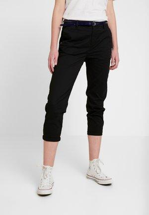 IN STRETCH WITH BELT - Chino kalhoty - black