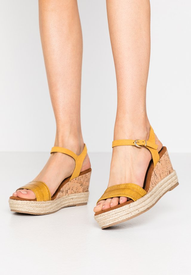 Sandály na vysokém podpatku - saffron