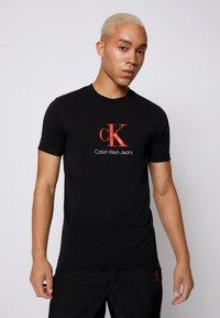 Calvin Klein Jeans - MONOGRAM ROLL CUFF TEE - T-shirts med print - black - 0