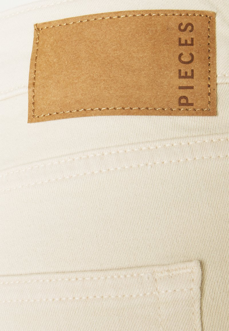 Pieces Petite - PCDELLY KICK - Flared Jeans - birch