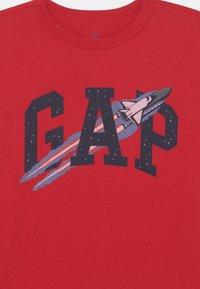 GAP - BOYS  - T-shirt imprimé - pure red - 2
