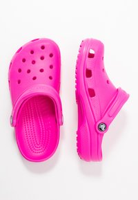 Crocs - CLASSIC - Slippers - electric pink - 3