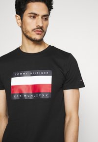 Tommy Hilfiger - CORP STRIPE BOX TEE - T-shirt con stampa - black - 4