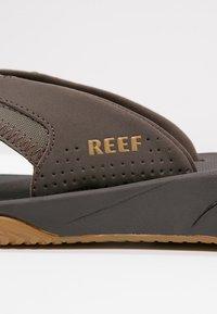 Reef - Sandály s odděleným palcem - brown - 5