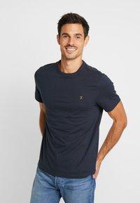 Farah - DENNIS SOLID TEE - T-shirt z nadrukiem - true navy - 0