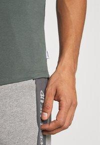 Jack & Jones - JJECURVED TEE O NECK - T-shirt - bas - sedona sage - 5