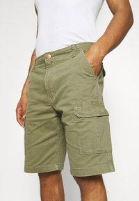 Wrangler - CASEY - Shorts - lone tree green - 4